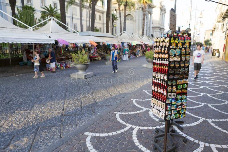 Turist- och magnetsouvenir shoppar royaltyfri bild