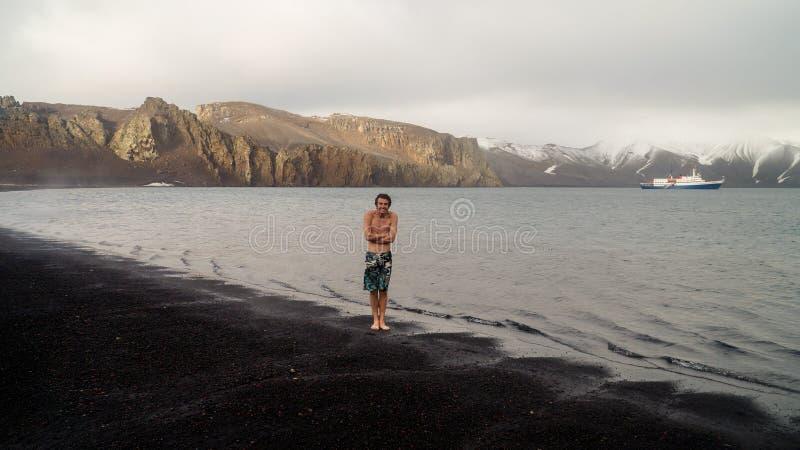 Turist omkring som simmar, i att frysa kallt vatten på bedrägeriön i Antarktis arkivbild