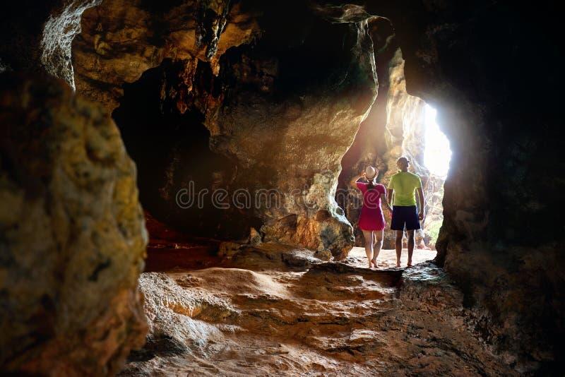 Turist på den tropiska grottan i Thailand arkivfoto