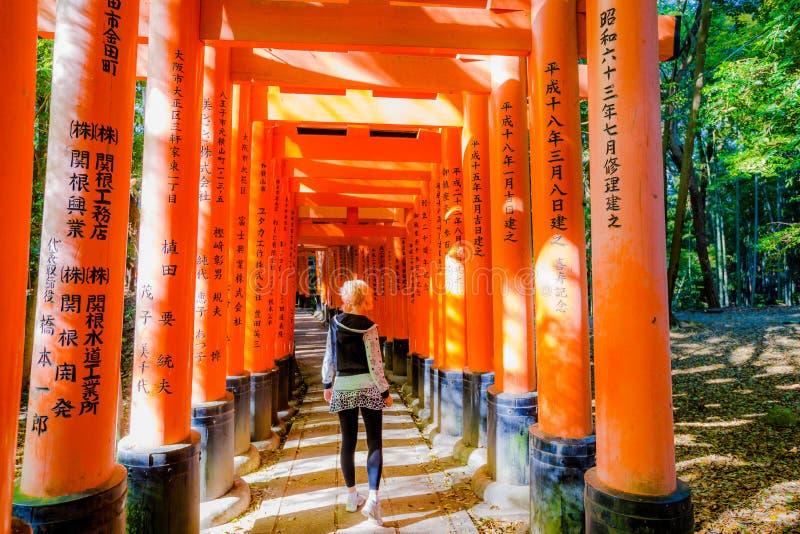 Turist på Fushimi Inari royaltyfria foton