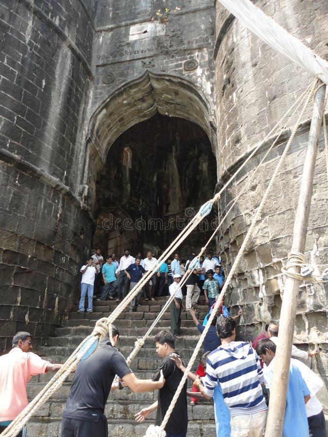 Turist på ingången av det Murud Janira fortet, Alibag Indien arkivfoton