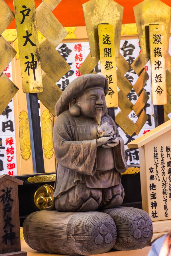 Turist på Kiyomizu-dera tempelbruk dina händer att trycka på guden Harada Edo Okami royaltyfria bilder