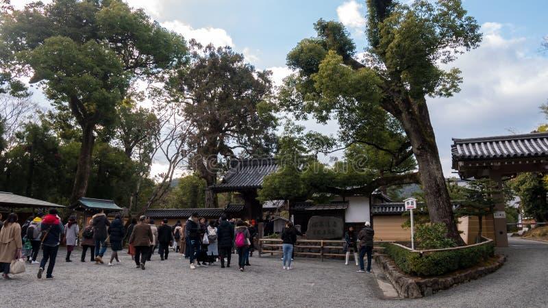 Turist på Kyoto den guld- tempelingången arkivfoto