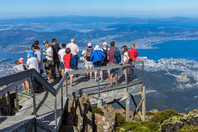 turist på monteringsgummistöveln som ser den Hobart staden under arkivbilder