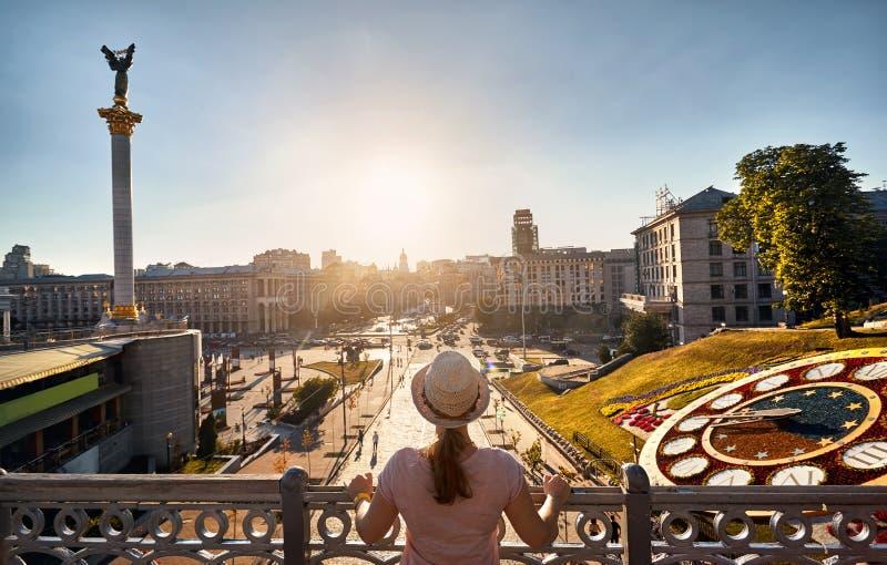 Turist på självständighetfyrkanten i Kiev arkivbilder