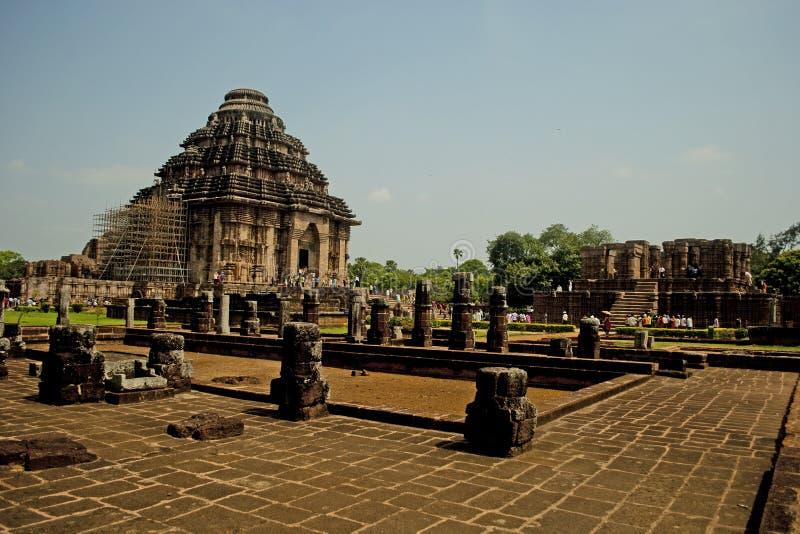 Turist på soltemplet, Konarak, Indien royaltyfri foto