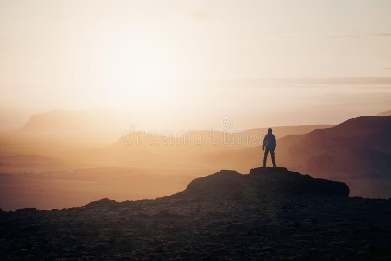 Turist på soluppgång i bergen arkivfoton