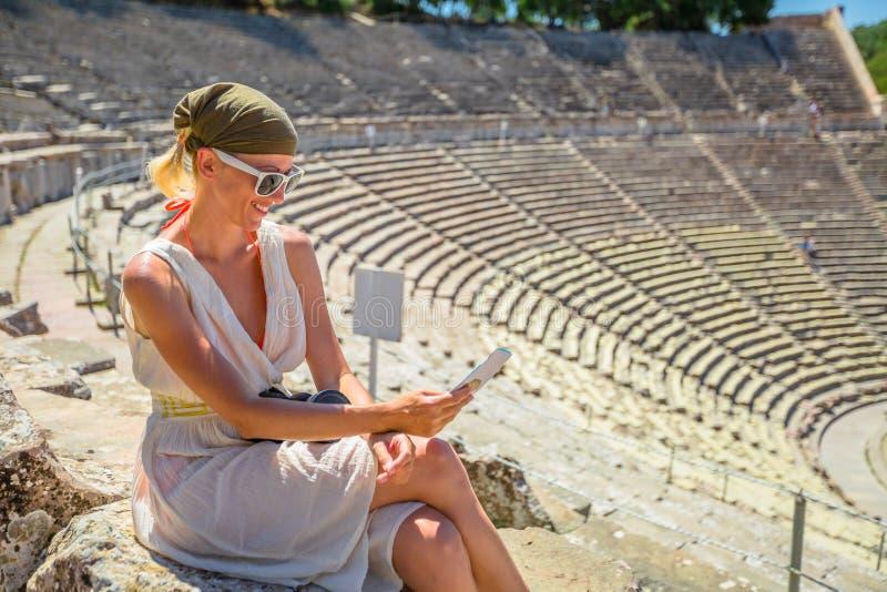 Turist på teatern Epidaurus arkivbild