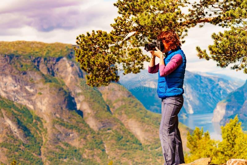 Turist p? bild f?r naturtagandelopp, Norge royaltyfria foton