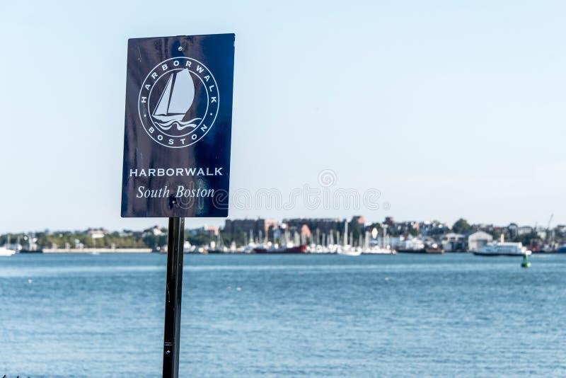 Turist- panorama för den stolpeteckenBoston hamnen går på en solig lång hamnplats för sommardag royaltyfri foto