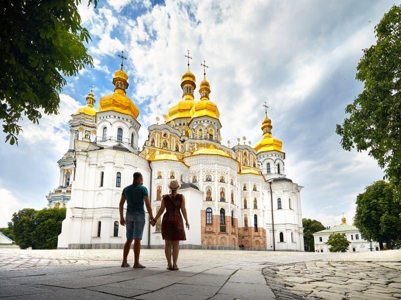 Turist- par i Kiev Pechersk Lavra royaltyfria bilder