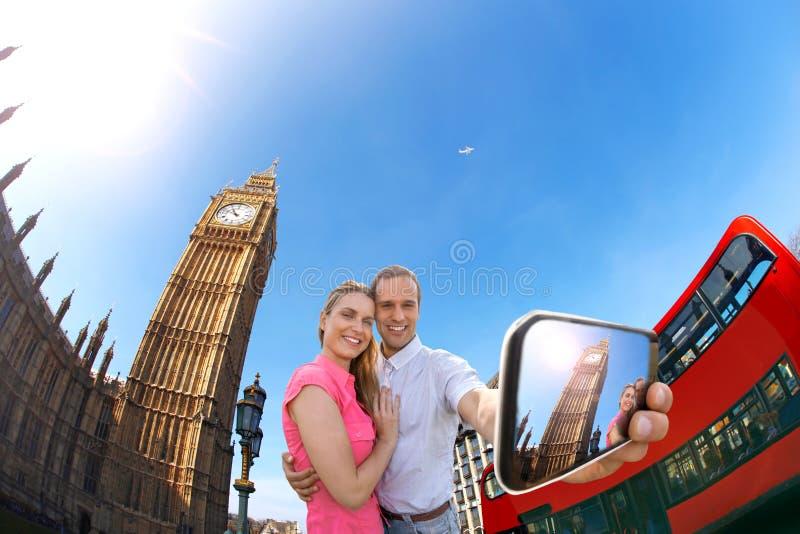 Turist- par som tar selfie mot Big Ben i London, England, UK arkivfoton