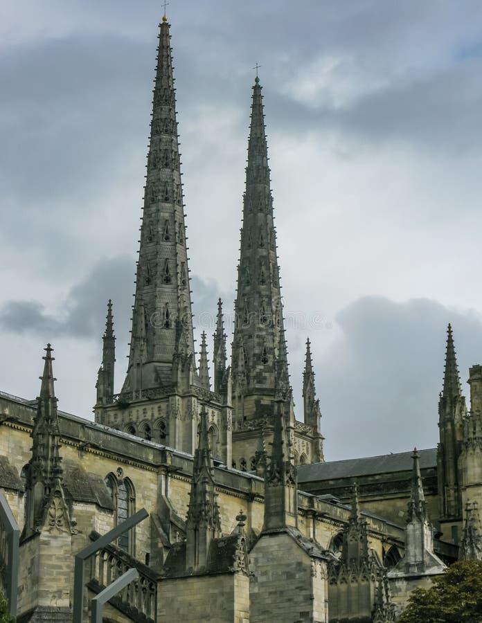 Turist- passera den berömda Cathedralen Helgon-Andre de Bordeaux arkivfoton