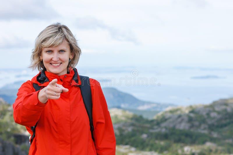 Turist- peka finger för lycklig kvinna på dig arkivfoto