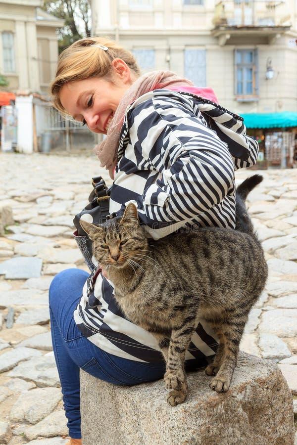 Turist Plovdiv med en katt royaltyfria foton