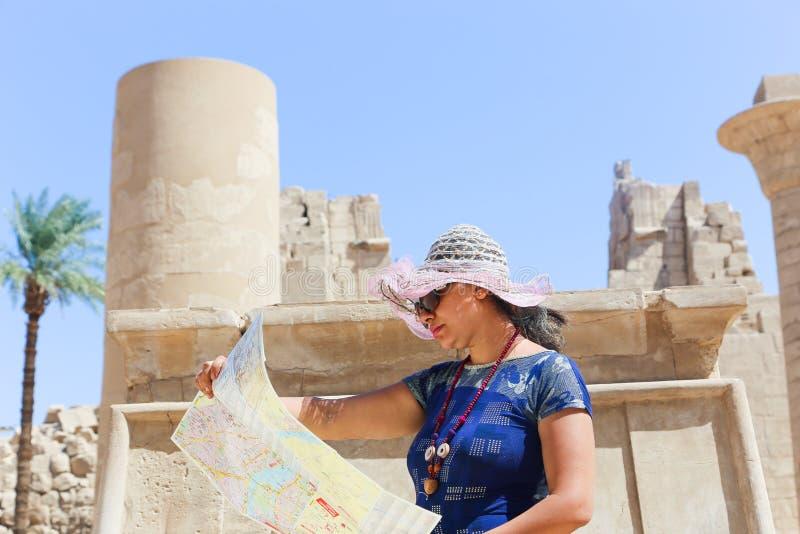Turist- promenad för kvinna i RAM-hövdade sfinxer på den Karnak templet Luxor arkivfoto