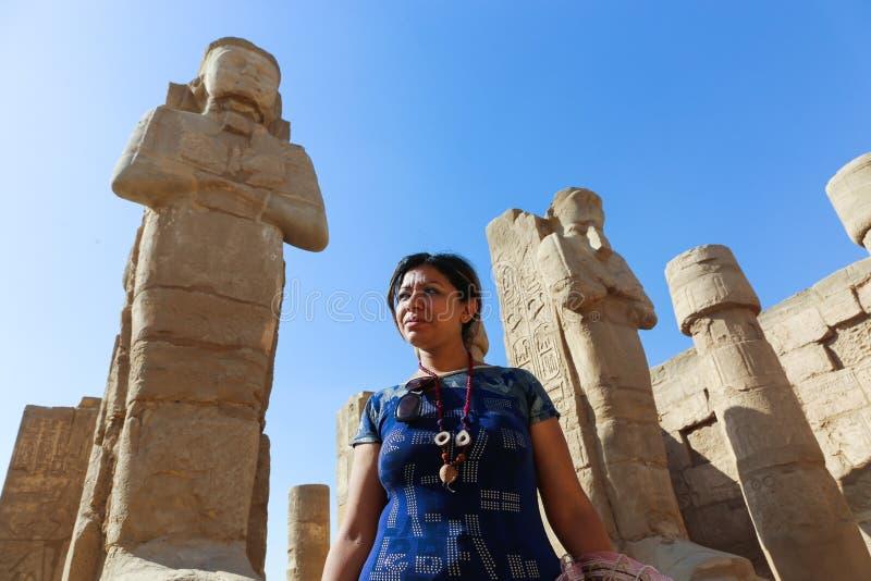 Turist- promenad för kvinna på den Karnak templet Luxor fotografering för bildbyråer