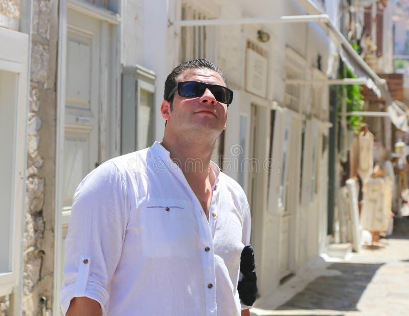 Turist- promenad på den Grekland ön royaltyfria foton