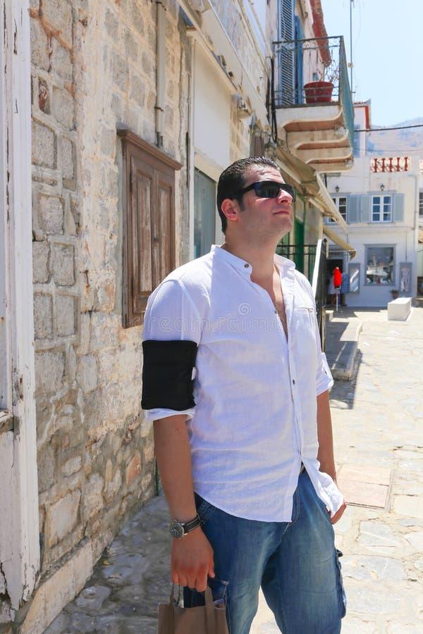 Turist- promenad på den Grekland ön royaltyfri fotografi