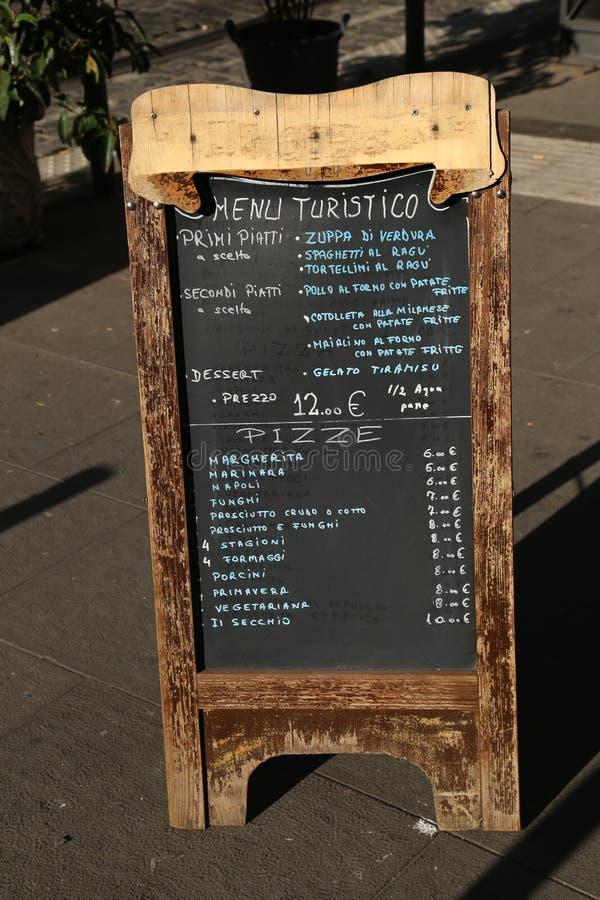 Turist- restaurangmatmeny på gatan royaltyfri bild