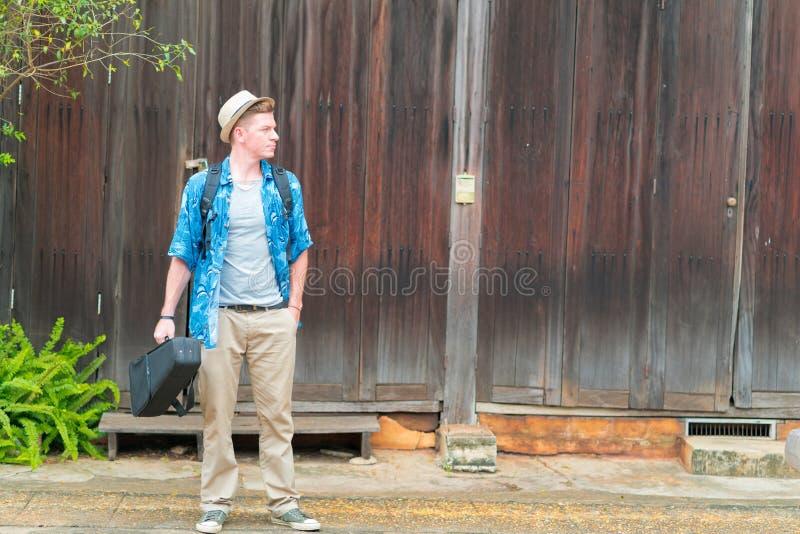 Turist- ryggsäck för Caucasian man arkivbilder