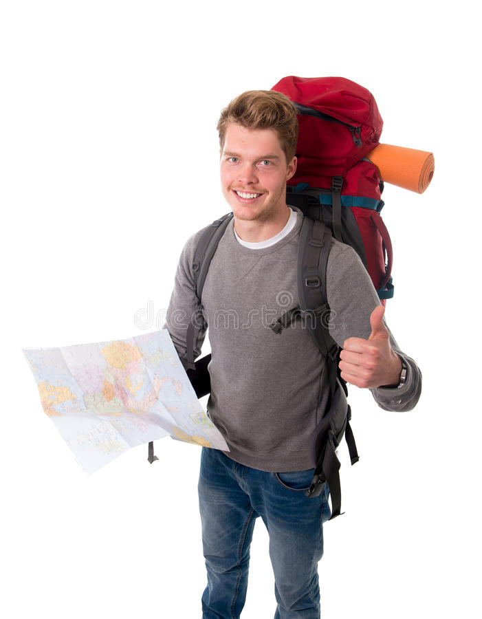Turist- seende översikt för ung attraktiv fotvandrare som bär den stora ryggsäcken som ger upp tummen royaltyfri foto