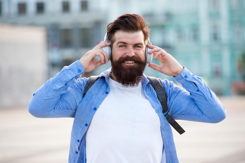 Turist- semester Modern turist- stads- bakgrund för Hipster Turist- stilig hipster med ryggsäckhörlurar 308 m?ssingskassetter r?k royaltyfri foto