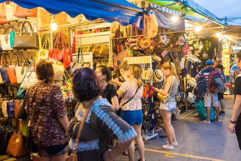 Turist- shopping i Chatuchak helgmarknad fotografering för bildbyråer