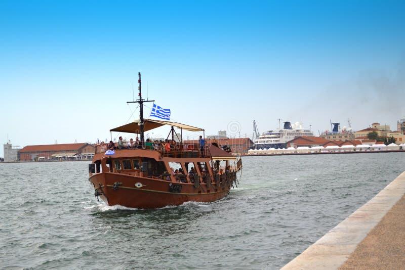 Turist- skepp för Thessaloniki port arkivfoto