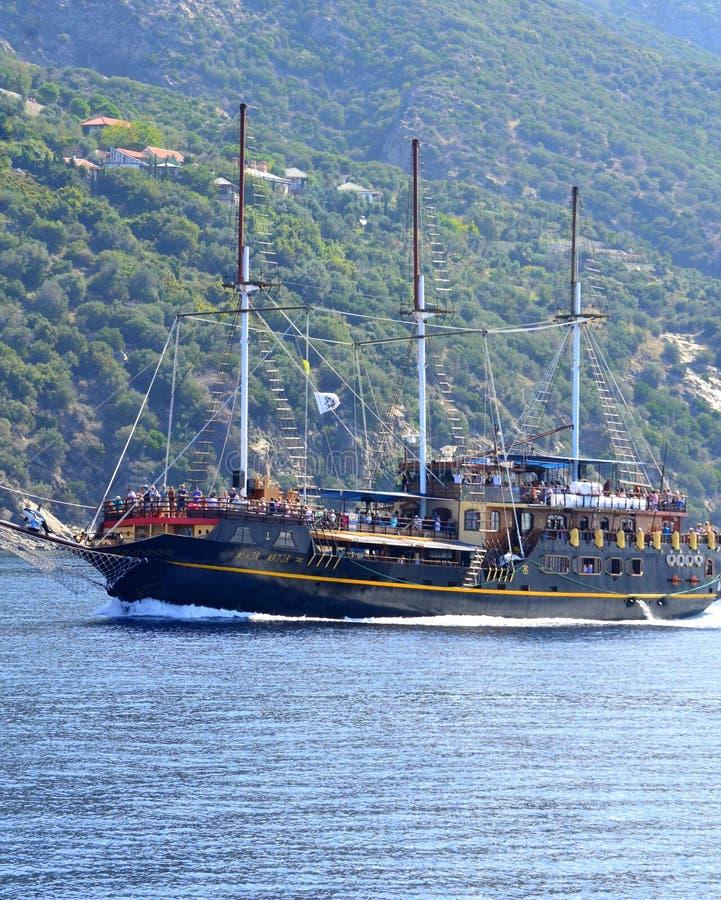 Turist- skeppAthos kust Grekland fotografering för bildbyråer