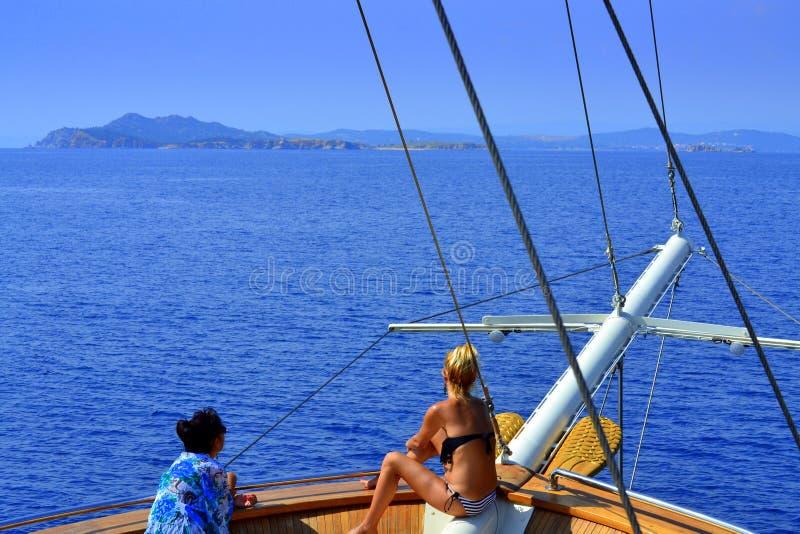 Turist- skeppkvinnor Grekland royaltyfri foto