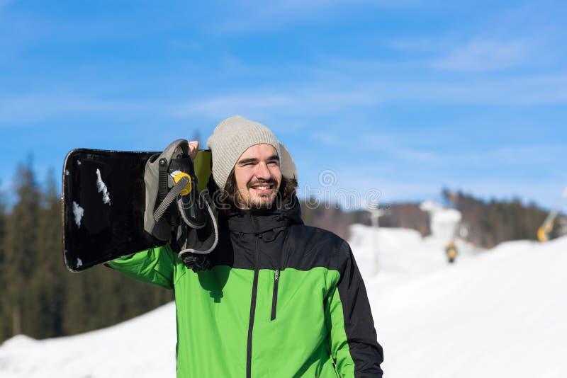 Turist- Snowboard Ski Resort Snow Winter Mountain lyckliga le Guy On Holiday för man fotografering för bildbyråer