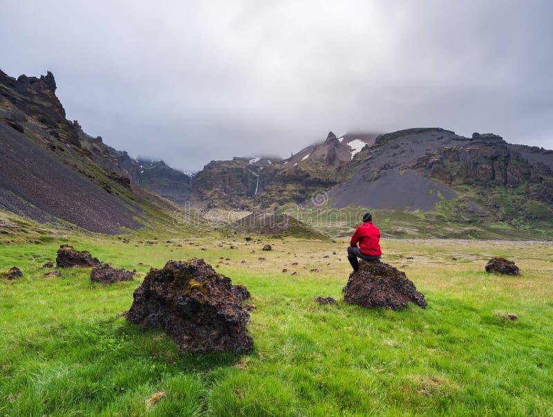 Turist som beskådar skönheten av sommar Island arkivfoto