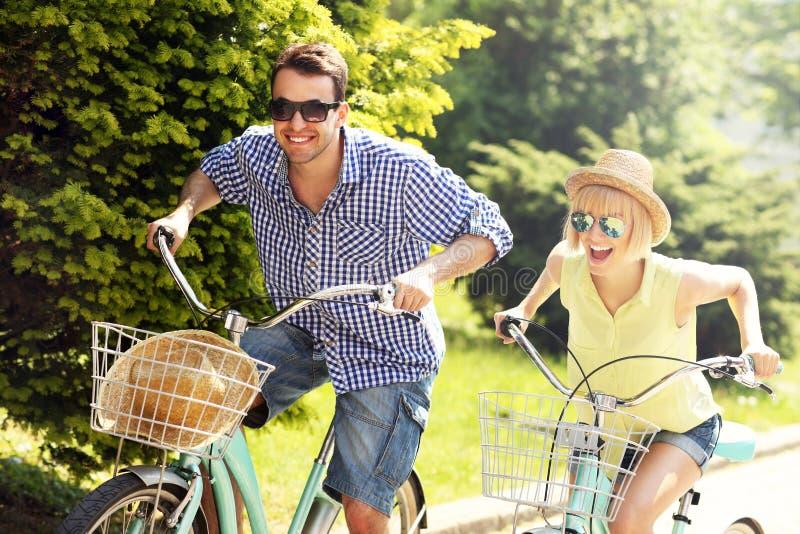 Turist som cyklar staden royaltyfria bilder