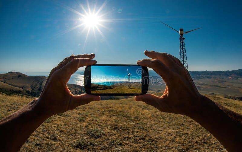 Turist som fotograferar på mobiltelefonen arkivbild