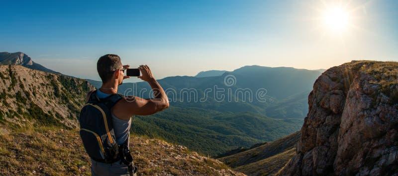 Turist som fotograferar p? mobiltelefonen royaltyfria bilder