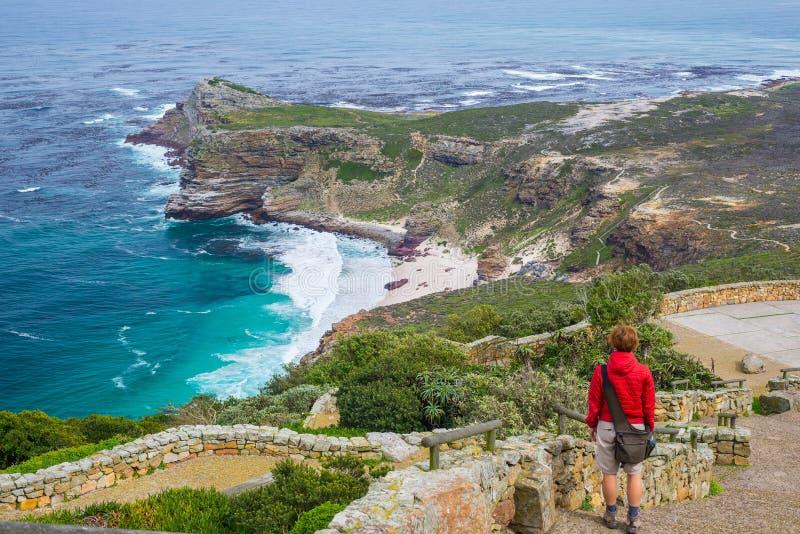 Turist som fotvandrar på uddepunkt som ser sikt av udde av bra hopp och Dias Beach, scenisk loppdestination i Sydafrika Tabl arkivfoton