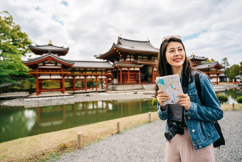 Turist som glatt rymmer översikten och leendet royaltyfri foto