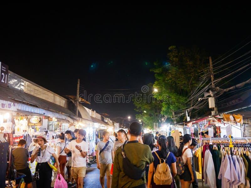 Turist som komms till den Chatuchak nattmarknaden för att shoppa C arkivfoto