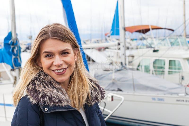 Turist som poserar vid sjöGenève fotografering för bildbyråer