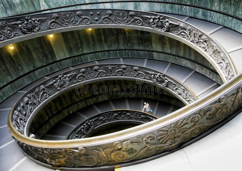 Turist som roas på spiraltrappuppgång i Vaticanen royaltyfri fotografi