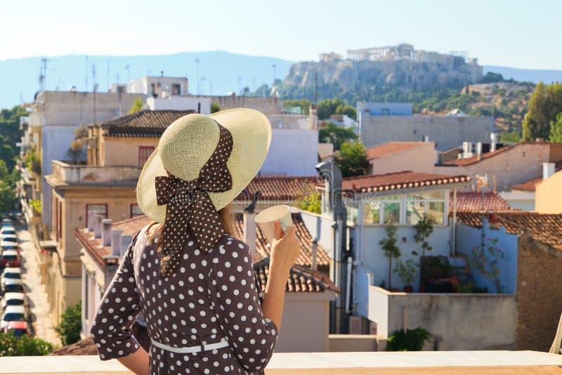 Turist som ser akropolen, Grekland arkivbild