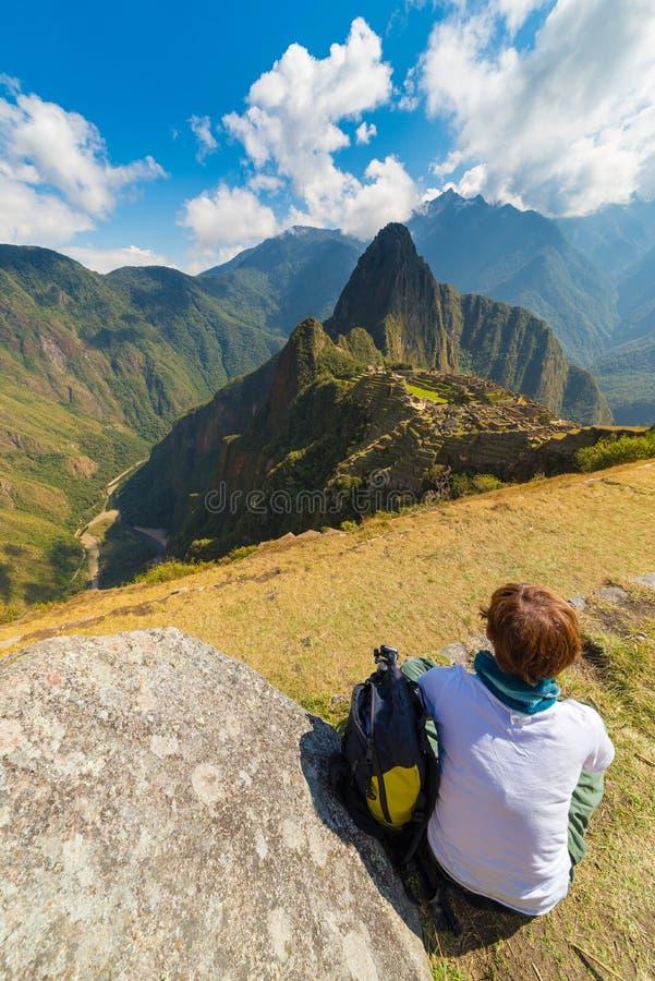 Turist som ser Machu Picchu från över, Peru royaltyfria bilder