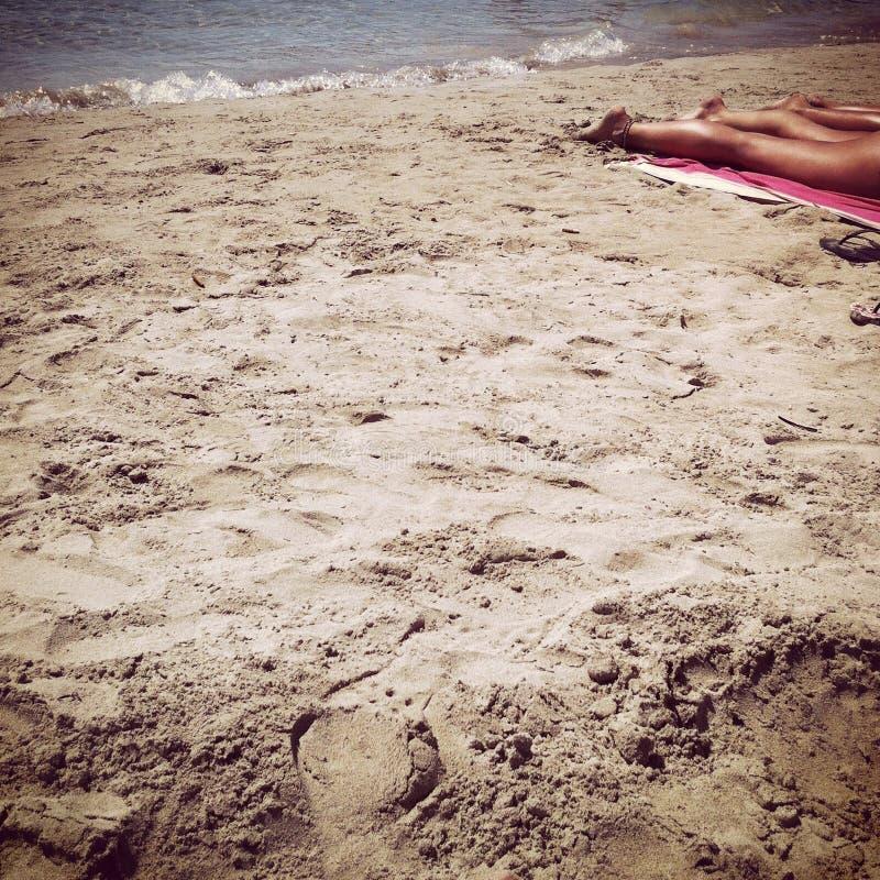 Turist som solbadar i Ibiza arkivbilder