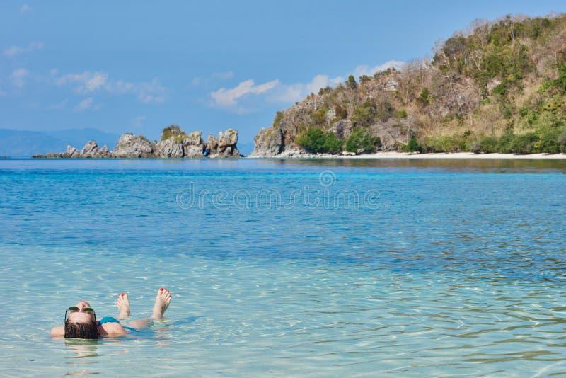 Turist som solbadar simma Palawan Filippinerna arkivbild