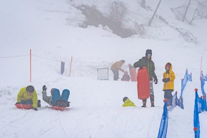 Turist- spela med den insnöade Gala Yuzawa Ski semesterorten arkivfoton