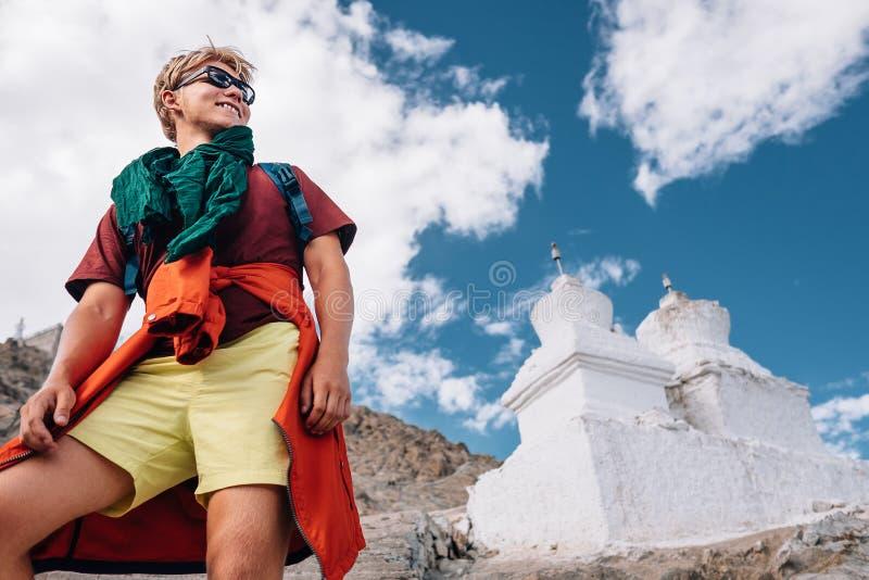 Turist- stående för ung man med buddistiska heliga stupas på backgrou royaltyfri foto