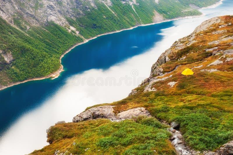 Turist- tält som campar nära sjön i Norge arkivbilder