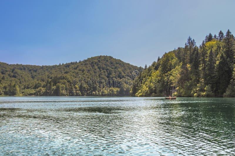 Turist- ta en fartygritt på sjöarna i Plitvice sjönationalpark arkivfoto