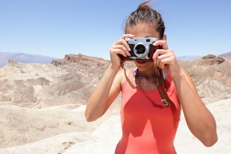 Turist- fotografkvinna i Death Valley royaltyfri fotografi